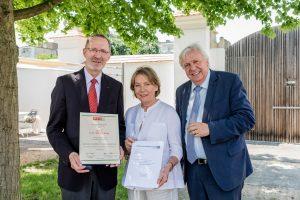 Foto_2: Ehrungen für besondere bildungspolitische Leistungen: WKNÖ-Präsidentin Sonja Zwazl und der frühere Landesschulinspektor Wilhelm König, im Bild mit Bildungsdirektor Johann Heuras (rechts)
